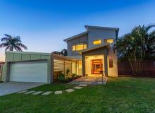 Modern Huis bij Schemer Stock Foto's