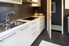 Modern huis, binnenlandse keuken royalty-vrije stock foto
