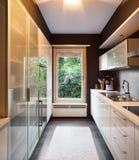 Modern huis, binnenlandse keuken stock afbeelding