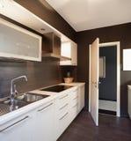 Modern huis, binnenlandse keuken stock afbeeldingen