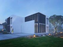 Modern huis buiten met openluchtverlichting bij schemering stock afbeelding