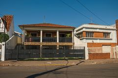 Modern huis in de stad met garagedeur en balkon in een lege straat op een zonnige dag bij San Manuel Stock Afbeelding