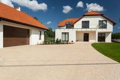 Modern huis en bijgebouw met garage stock foto's