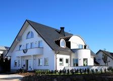 Modern huis en blauwe hemel Stock Fotografie
