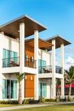Modern huis en buitenkant bij zonnige dag , Buitenkant Stock Fotografie