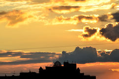Modern huis-kasteel in de zonsondergang Royalty-vrije Stock Foto's