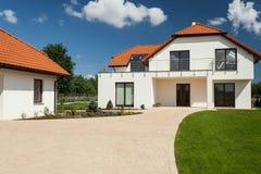 Modern huis met afzonderlijke garage Royalty-vrije Stock Afbeelding