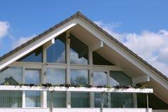 Modern huis met balkon, blauwe hemel Stock Afbeeldingen