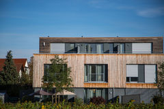 Modern huis, met houten bekleding - houten voorgevel, royalty-vrije stock foto