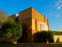 Modern huis met houten muren Stock Afbeelding