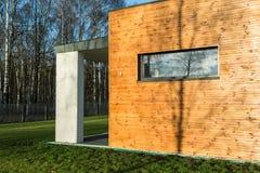 Modern huis met houten muren stock afbeeldingen