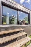 Modern huis met panoramavensters en terras royalty-vrije stock afbeelding