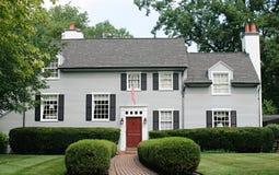 Modern Huis met Rode Deur Stock Afbeelding