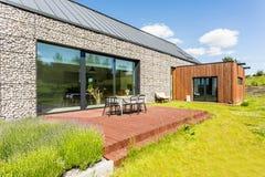 Modern huis met steenverhoging stock fotografie