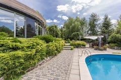 Modern huis met zwembad stock afbeelding