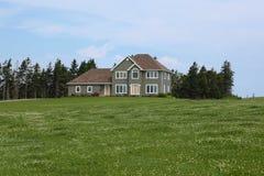 Modern huis in platteland stock afbeelding