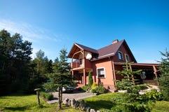 Modern huis in platteland Royalty-vrije Stock Afbeeldingen