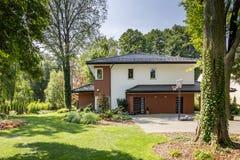 Modern huis, tuin met struiken en bomen stock foto's