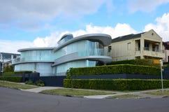 Modern huis van glas op de straat van Rose Bay sydney Stadsla Stock Afbeeldingen