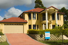 Modern Huis voor Verkoop Royalty-vrije Stock Afbeelding