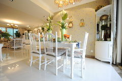 Modern huisbinnenland met meubilair Stock Fotografie