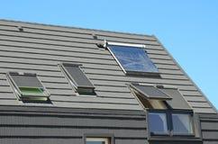 Modern Huisdak met Zonnewaterverwarmer, Zonnepanelen en Dakramen, Mooi Nieuw Eigentijds Huis met Zonnepanelen royalty-vrije stock fotografie