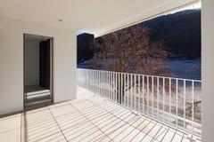 Modern huisterras met traliewerk stock afbeeldingen