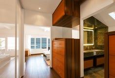 Modern husinre, korridor som förbiser badrummet royaltyfria bilder