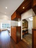Modern husinre, korridor som förbiser badrummet, inget ins arkivfoton