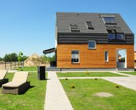 Modern huskonstruktion Sol- solpaneler för tak för bruk för system för vattenuppvärmning SWH Hem- takfönster, vindskupefönster, v arkivbild