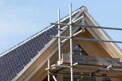 Modern hustakkonstruktion Krökta keramiska tegelplattor för svart med royaltyfri fotografi