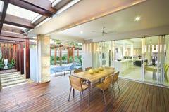 Modern husuteplats eller äta middagområde med solljus royaltyfri bild
