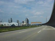Modern huvudväg och industriella lättheter nära Wien, Österrike arkivbild