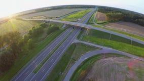 Modern huvudvägMotorway från flyg- sikt arkivfilmer