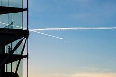 Modern hyreshus mot blå horisont med funktionsduglig clea Arkivbild