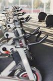 Modern idrottshallinre med utrustning, konditionmotionscykelstyren fotografering för bildbyråer