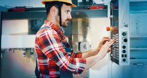 Modern industriell maskinoperatör som arbetar i fabrik royaltyfri foto