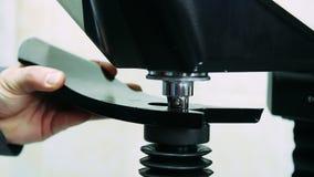 Modern industriell utrustning på växten Exakt bearbeta med maskin av delar på maskinen arkivfilmer
