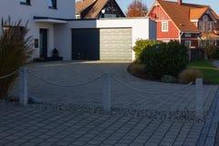 modern ingangsgebied carport en garage royalty-vrije stock afbeeldingen