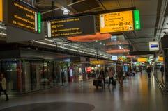 Modern inre Amsterdam Schiphol för internationell flygplats och livbakgrund royaltyfria foton