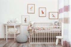 Modern inre av rum för barn` s med bilder arkivbild