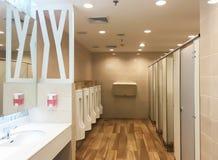 Modern inre bakgrund av den offentliga toaletten för bakgrundsbruk Arkivbild