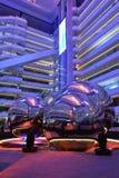 Modern inre för belysningplazakorridor, modern kontorsbyggnad, modern affärsbyggnadskorridor, inre kommersiell byggnad Arkivfoto