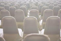 modern inre för konferenskorridor med vita stolar Seminariumrum Royaltyfri Foto