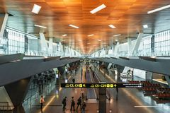 Modern inre inomhus i nya Hamad International Airport arkivbild