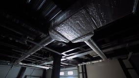 Modern inre med öppen ventilation och elektriska kommunikationer på taket långsam rörelse lager videofilmer