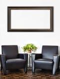 Modern inre rum- och vitvägg royaltyfria bilder