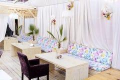 Modern inredesign av en cafeteria Royaltyfri Foto