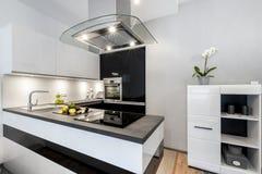 Modern inredesign för svartvitt kök Arkivfoto
