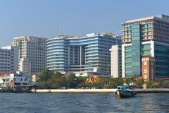 Modern invallning av den Chao Phraya floden på en solig morgon Bangkok Thailand Arkivfoton